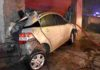 auto incrustado contra la pared