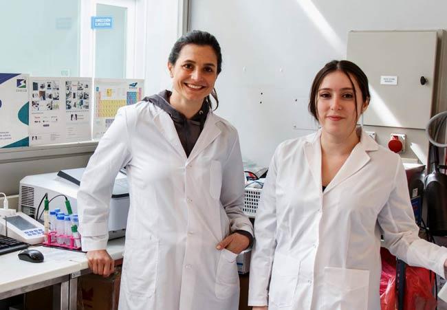 Mariana Hamer y Rocío Thea, investigadoras del Instituto de Nanosistemas y el CONICET