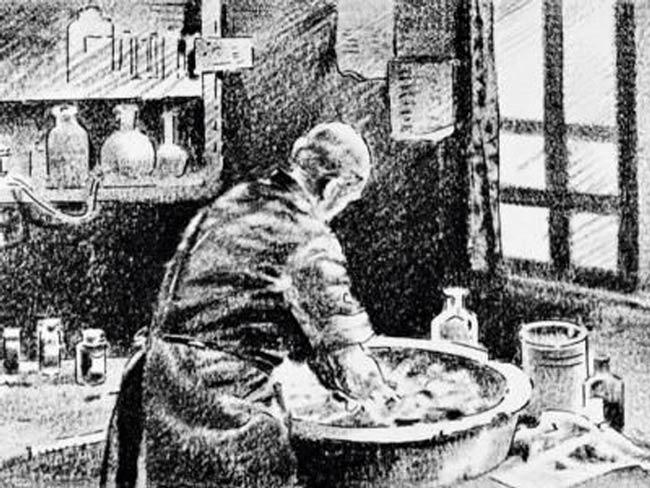 Semmelweis intuyó que había cuerpos microscópicos que transmitián enfermedades
