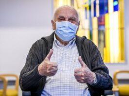 Jos Hermans, de 96 años fue el primer vacunado en Bélgica